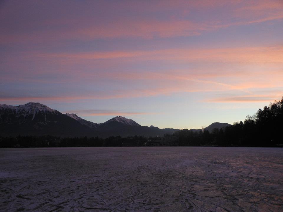ピンクがかった夜明けのブレッド湖