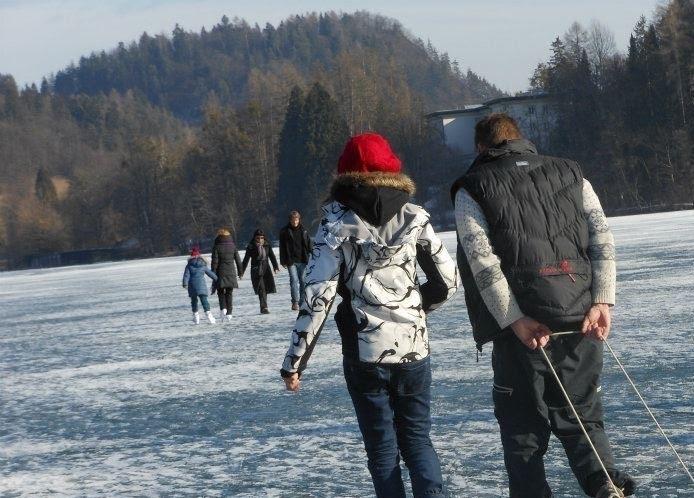 凍ったブレッド湖の上を歩く