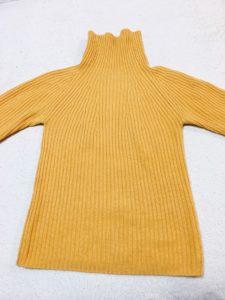 マスタードカラーの服