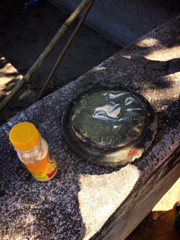 ミャンマーでタナカを塗る
