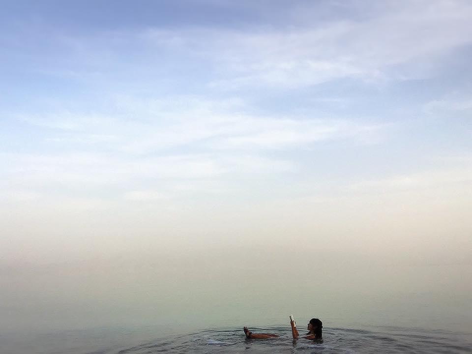 死海でぷかぷか浮かぶ