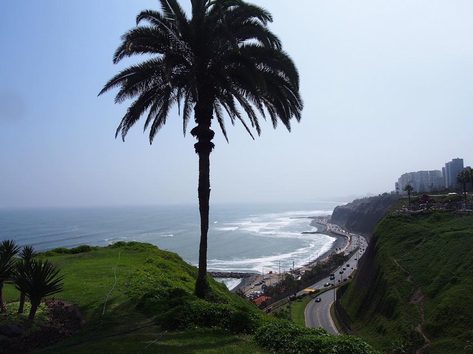 ペルーの首都リマの新市街、ミラフローレスの海岸